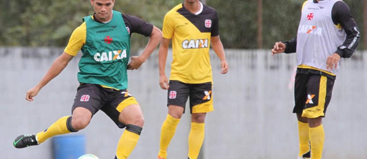 Dakson tenta o chute no treino do Vasco em Atibaia Foto: Marcelo Sadio / Divulgação/Vasco