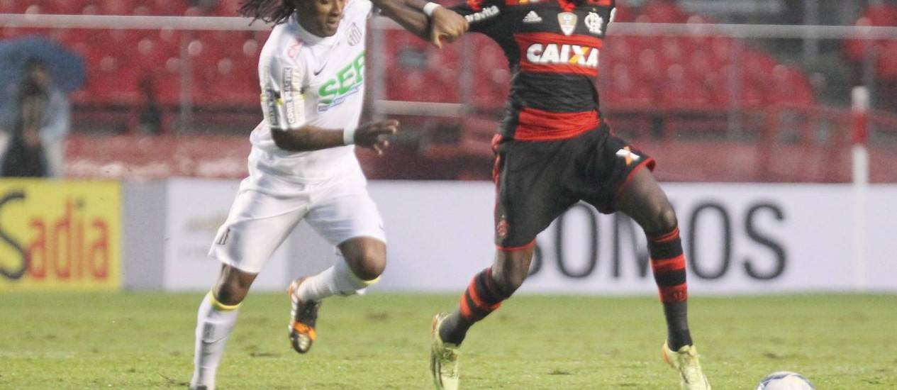 Negueba tenta se livrar da marcação de Arouca no empate do Flamengo contra o Santos Foto: Marcos Alves / Agência O Globo