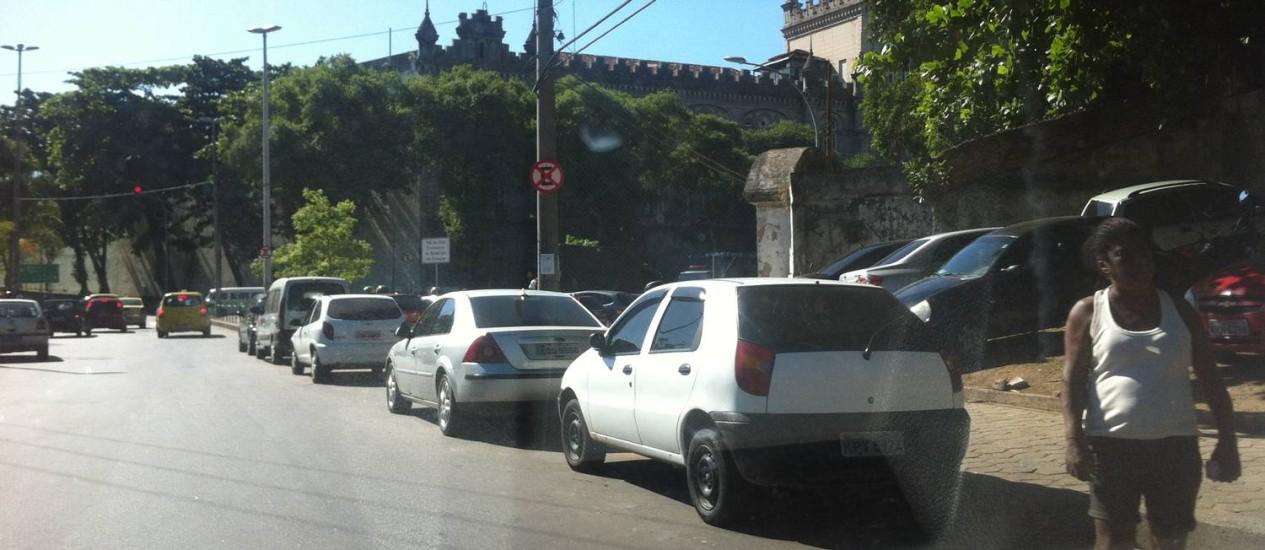 Carros são parados em local proibido, no Centro do Rio - Foto: Foto de leitor / Eu-Repórter