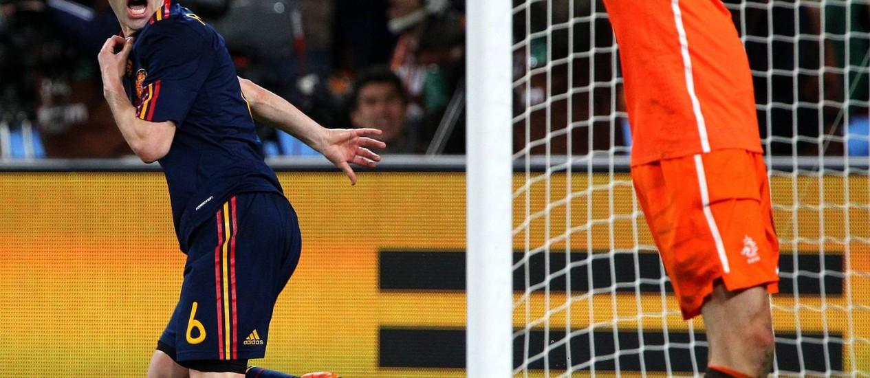 Iniesta comemora o gol na final da Copa do Mundo de 2010. Uniforme azul-marinho deu sorte aos espanhóis Foto: Ivo Gonzalez/11-07-2010