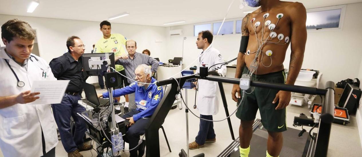 Os zagueiros Thiago Silva e Dante durante os exames clínicos Foto: Rafael Ribeiro / Divulgação/CBF
