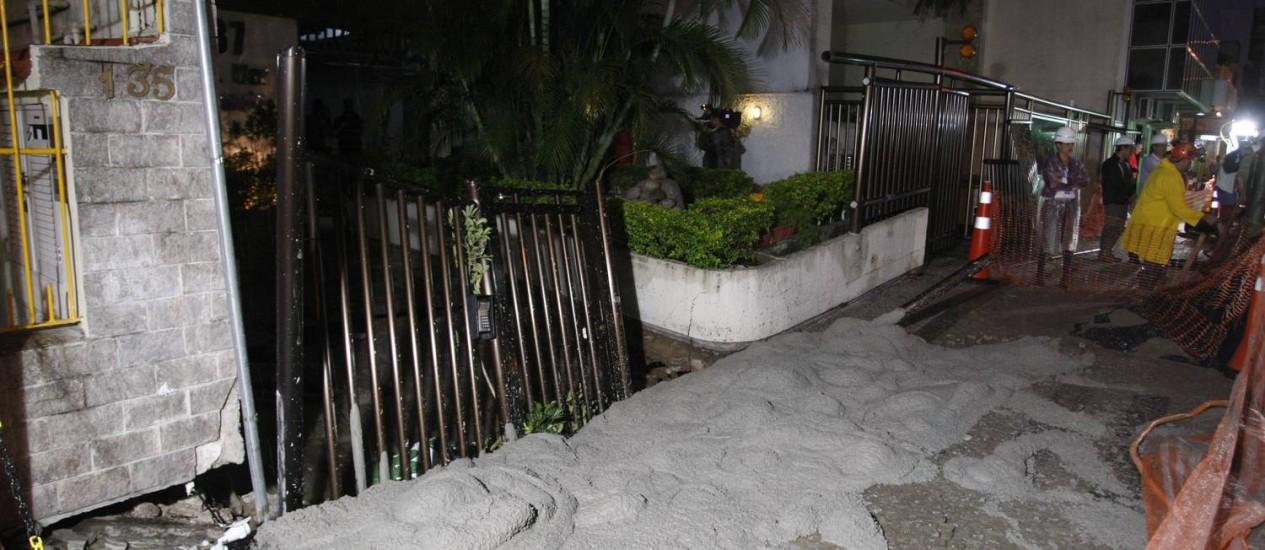 Calçada cedeu na Rua Barão da Torre no dia 11 Foto: Eduardo Naddar / Agência O Globo