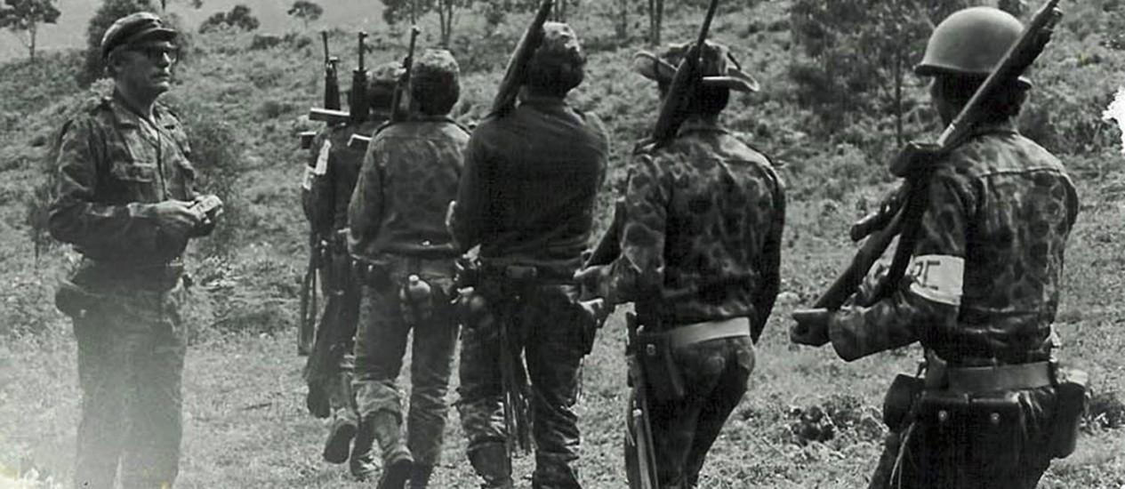 Imagem dos anos 1970 mostra o ex-líder das Farc, Luis Alberto Morantes Jaimes, à esquerda, treinando tropas guerrilheiras Foto: AFP