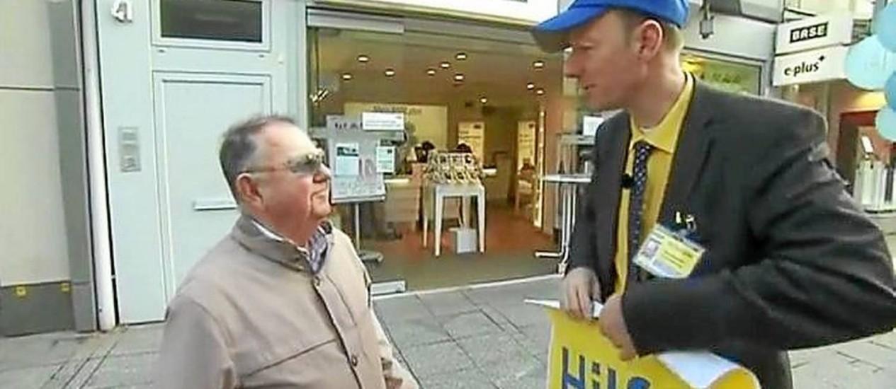 'Bancada dos loucos'. Sonneborn (à direita) na campanha eleitoral Foto: Reprodução de internet / Reprodução de vídeo