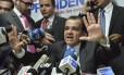 Vitória parcial. O candidato Óscar Iván Zuluaga, em entrevista coletiva após o resultado de domingo
