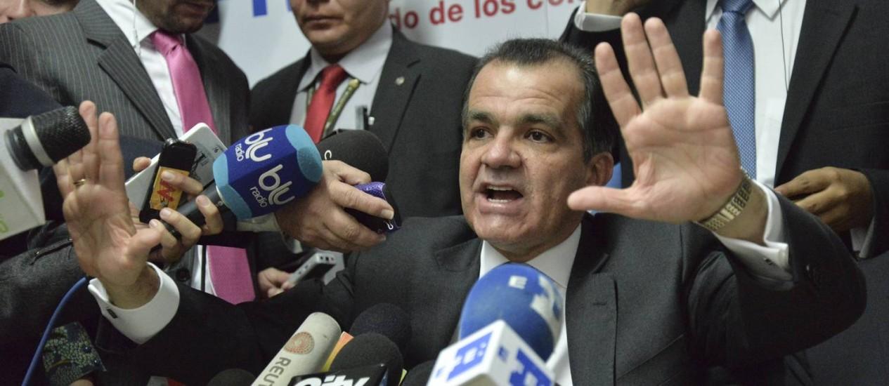Vitória parcial. O candidato Óscar Iván Zuluaga, em entrevista coletiva após o resultado de domingo Foto: DIANA SANCHEZ/AFP