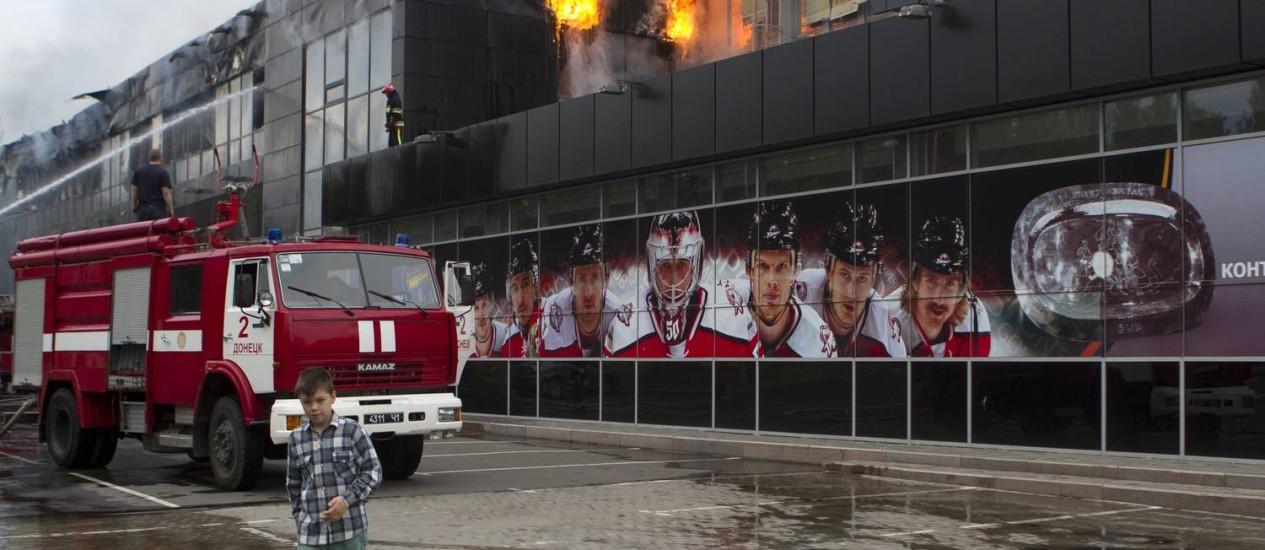 Bombeiros combatem incêndio em ginásio de hóquei em Donetsk Foto: STRINGER / REUTERS