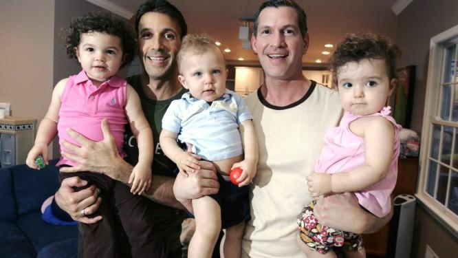 Casais gays assumem papeis de pai e mãe quando adotam crianças, segundo estudo que mapeou atividades cerebrais Foto: Mike Derer / AP