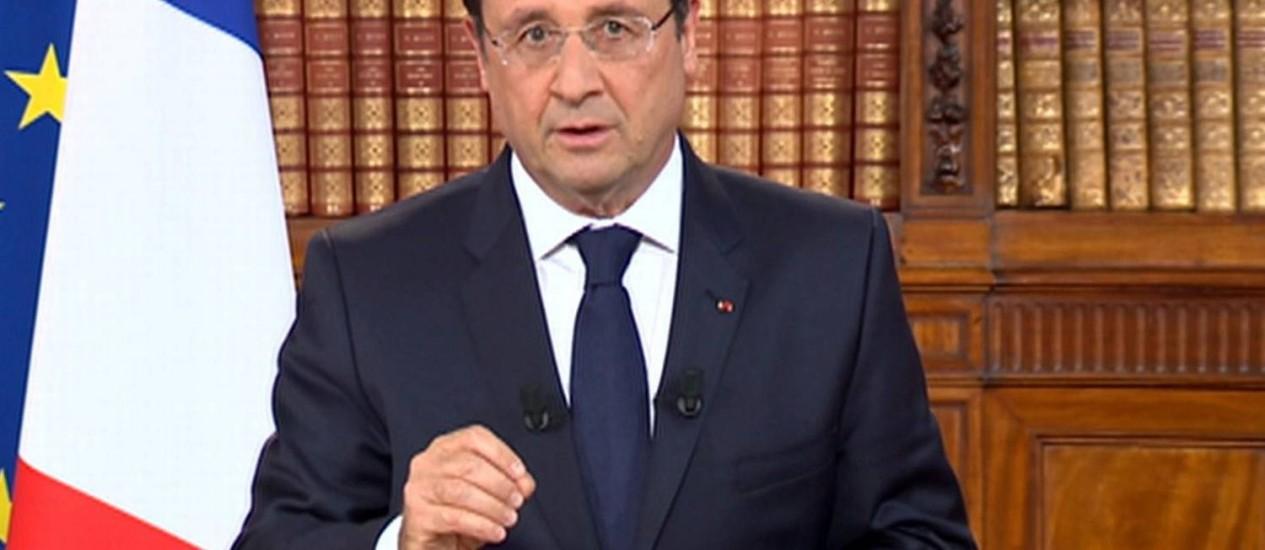 Do Palácio do Eliseu, em Paris, François Hollande faz discurso à nação transmitido pela TV Foto: AFP