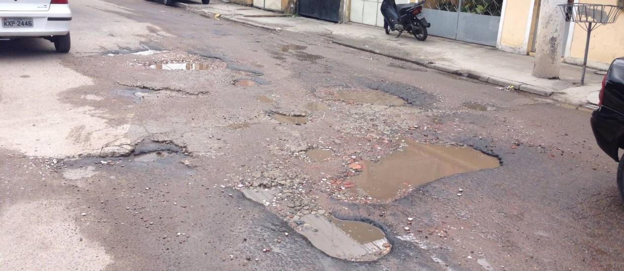 A Estrada da Carioca repleta de buracos, no Lindo Parque, em São Gonçalo Foto: Leitor Rubens Santos Barino / Eu-Repórter