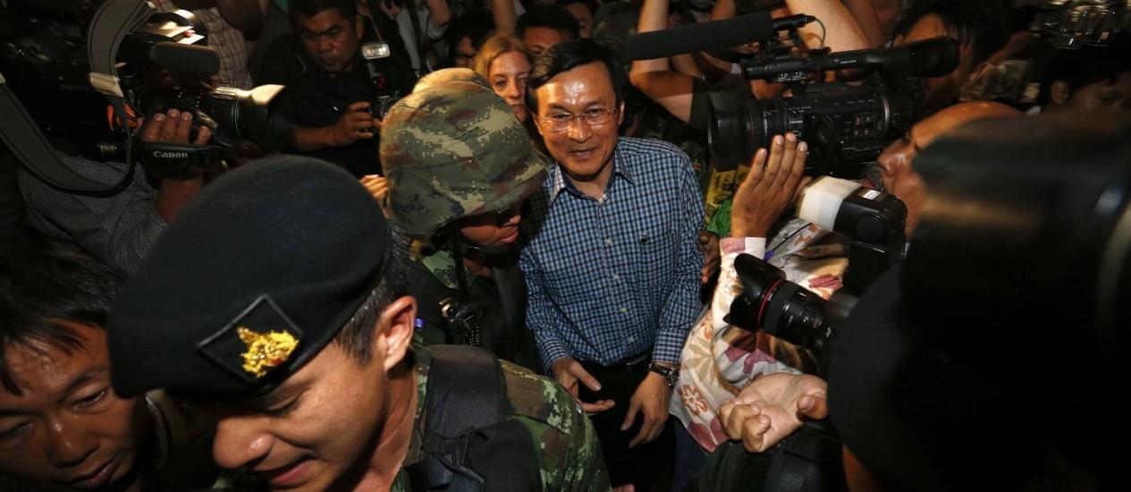 Chaturon Chaisang foi levado por tropas tailandesas após coletiva de imprensa surpresa Foto: DAMIR SAGOLJ / REUTERS