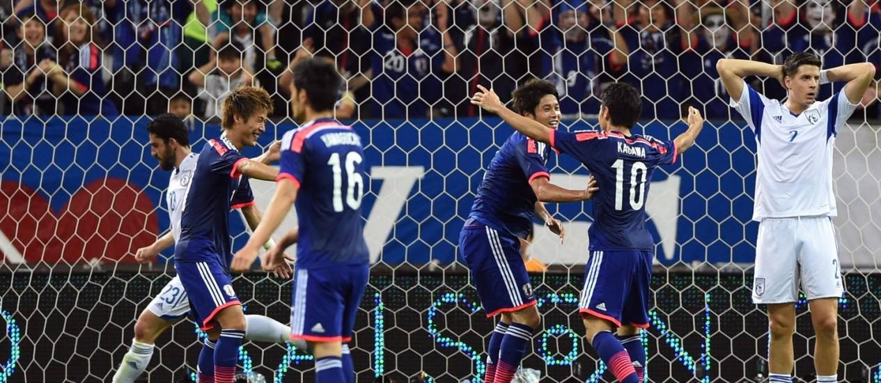 Japoneses comemoram o gol da vitória no amistoso com o Chipre, realizado nesta terça-feira Foto: Toshifumi Kitamura / AFP