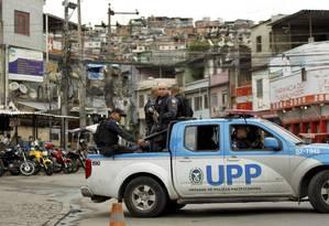 Policiais da UPP do Complexo do Alemão durante patrulhamento na região Foto: Gabriel de Paiva / Agência O Globo