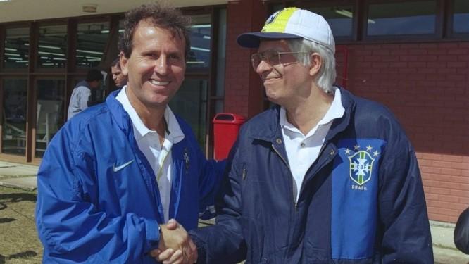 Em maio de 1998, durante preparação da seleção brasileira para a Copa do Mundo, na Granja Comary, Zico, então coordenador técnico, recebe a visita de Zé do Galo, personagem do humorista Reinaldo no programa Casseta e Planeta Foto: Jorge William / Agência O Globo
