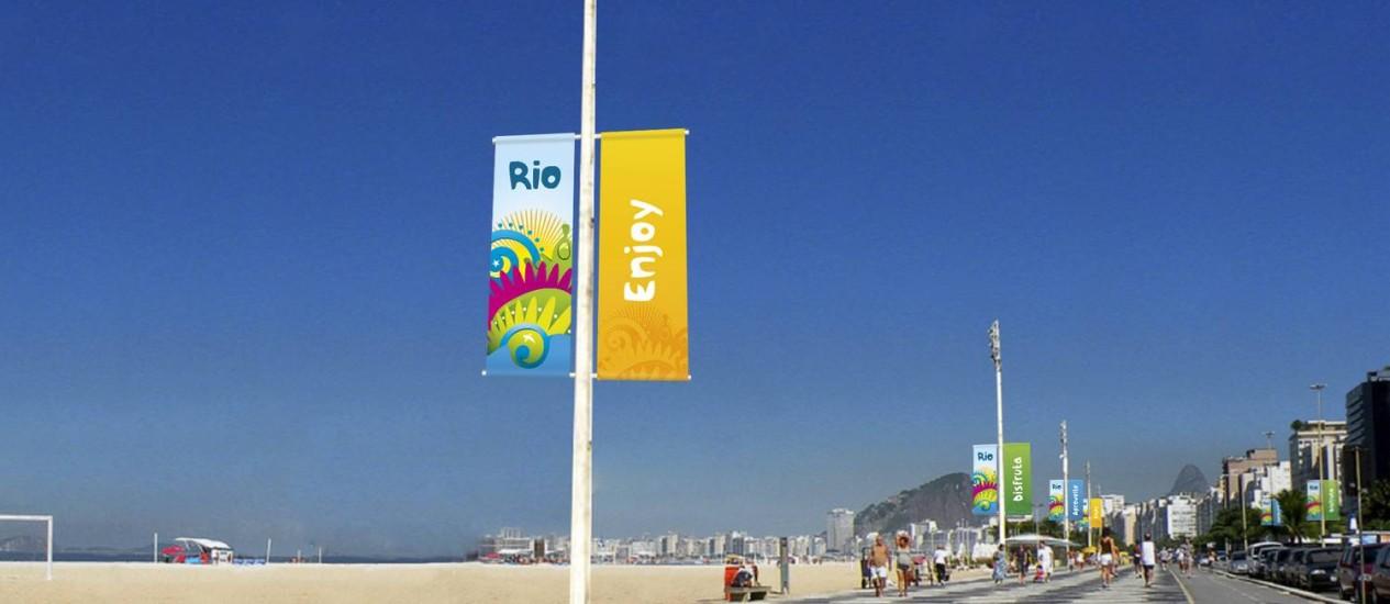 Banner colorido instalado na orla de Copacabana, que faz parte da sinalização especial montada pela prefeitura para receber o turista na Copa Foto: Divulgação