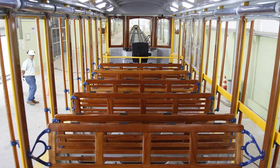 Interior do novo bonde Santa Teresa: primeiro teste foi realizado nesta terça-feira em Três Rios Foto: Antonio Scorza / O Globo