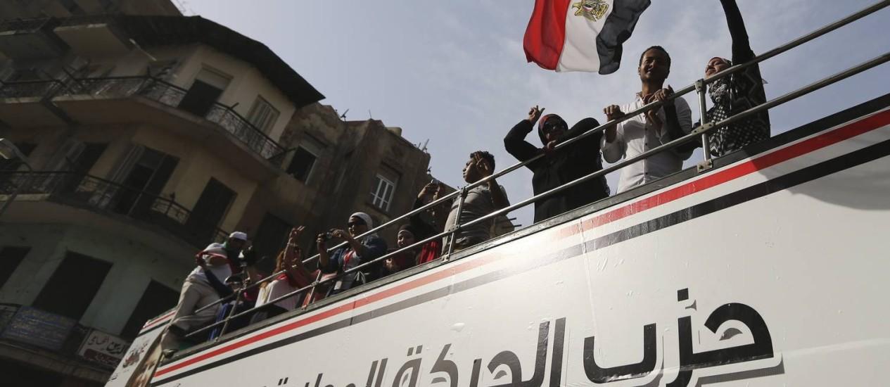 Membros do Partido Movimento Nacional Egípcio e simpatizantes do Exército e da polícia convocam as pessoas para irem às urnas no Cairo Foto: AMR ABDALLAH DALSH / REUTERS