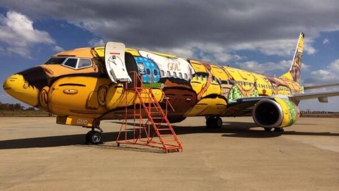 Os grafiteiros Otávio e Gustavo Pandolfo decoraram a aeronave da seleção Foto: Divulgação