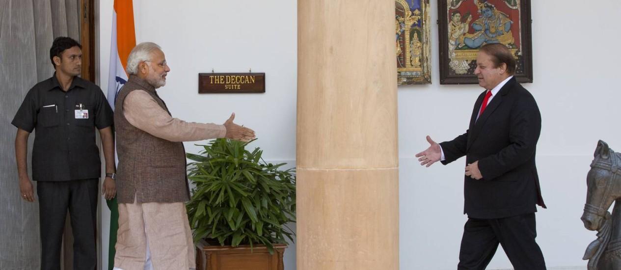 O premier indiano, Modi, e o paquistanês, Sharif, em Nova Délhi: aproximação Foto: Manish Swarup / AP