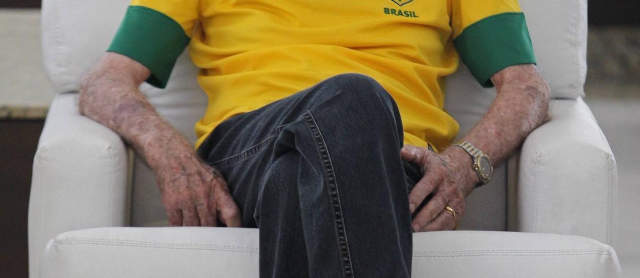 Zagallo em seu apartamento na Barra da Tijuca. O ex-treinador está internado com infecção Foto: EXTRA