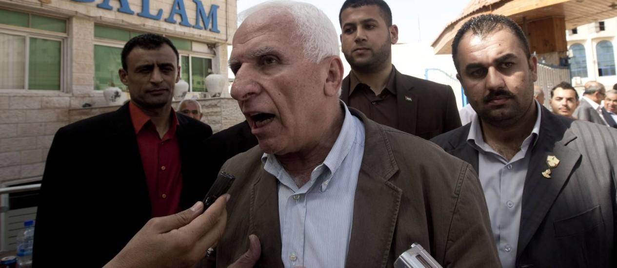 Chefe da delegação do Fatah Azzam al-Ahmed (centro) fala com jornalistas após entrevista coletiva com o vice-líder do Hamas na Cidade de Gaza Foto: MAHMUD HAMS / AFP
