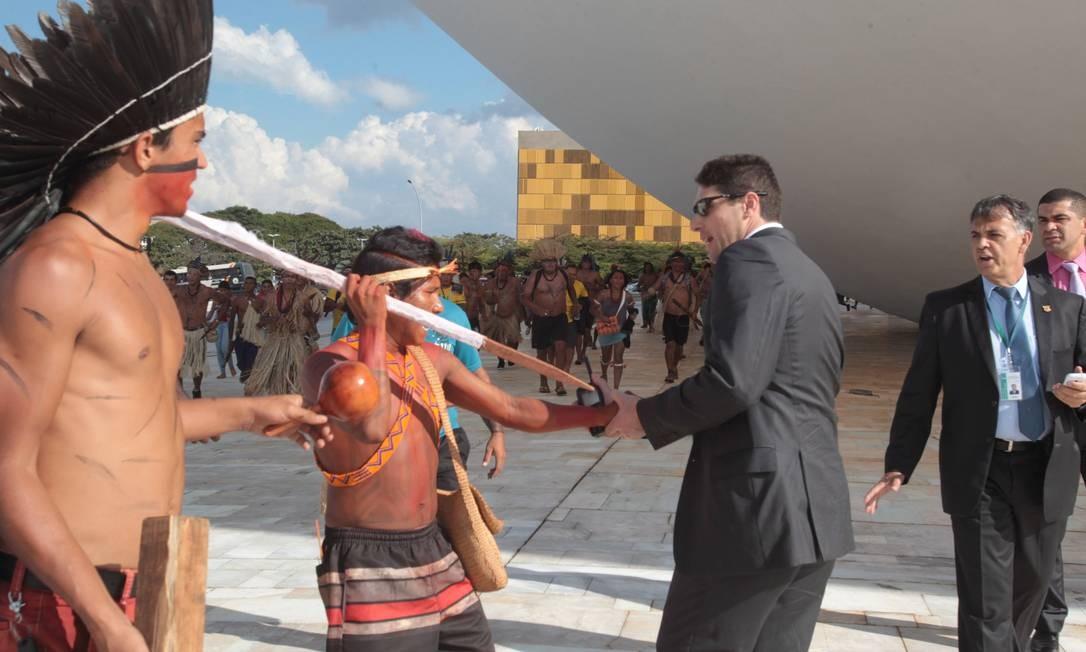 BSB-Brasília-Brasíl - 27/05/2014 - PA - Índios, depois de tomar o teto do Congresso Nacional durante passeata e protesto pela esplanada dos ministérios, tentam tomar o rádio de um segurança que foge correndo. Foto: Givaldo Barbosa - Agência O Globo Foto: Agência O Globo