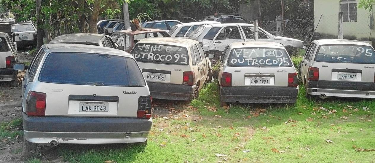 No pátio em São Gonçalo, 25 Fiat Tipo em diferentes estados de conservação ajudam a manter os sobreviventes rodando Foto: Henrique Rodriguez