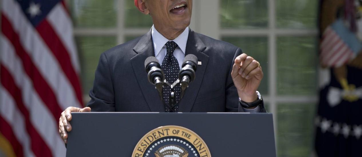 Barack Obama discursa no jardim da Casa Branca. Presidente americano prometeu manter menos de dez mil soldados no Afeganistão até o fim do ano, e anunciou retirada total em 2016 Foto: Carolyn Kaster / AP