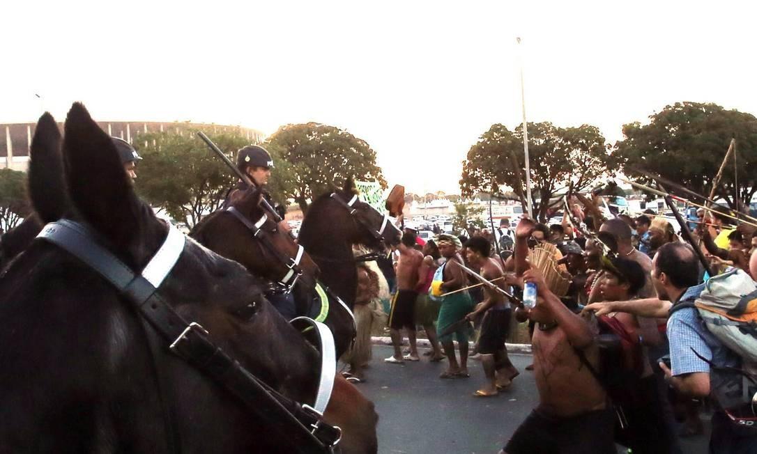 Manifestantes entram em confronto com a polícia próximo ao estádio Mané Garrincha, , em Brasília Foto: André Dusek/ Estadão