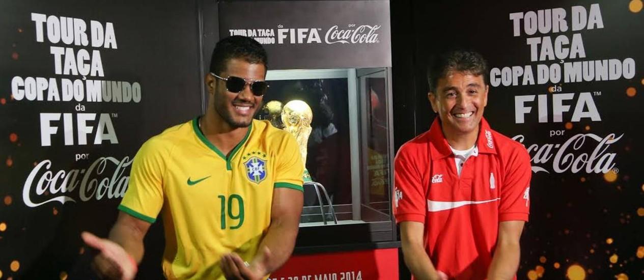O brasiliense Fellipe Florêncio, sósia do Hulk, reproduz com Bebeto o gesto do atacante ao festejar gol em homenagem ao filho recém-nascido na Copa de 1994 Foto: Divulgação / Marcos Ribolli