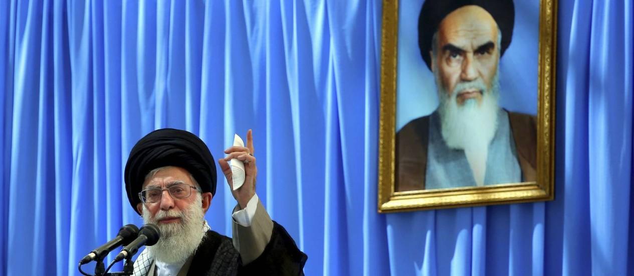 Ali Khamenei discursa sob imagem de seu antecessor, o aiatolá Khomeini. Supremo Líder do Irã quer aumentar a população do país. Especialistas temem que medida gere riscos à saúde pública e diminuições nos direitos das mulheres Foto: Uncredited / AP