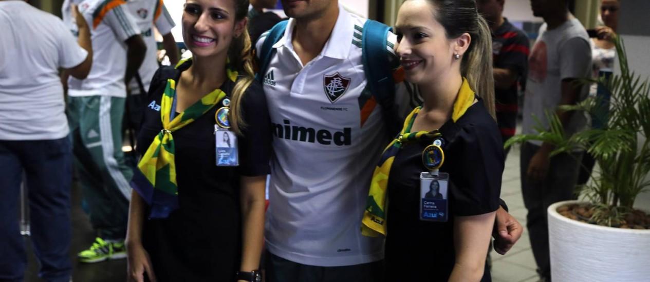 Rafael Sóbis posa ao lado de duas fãs na chegada a São Paulo Foto: Divulgação / Fluminense