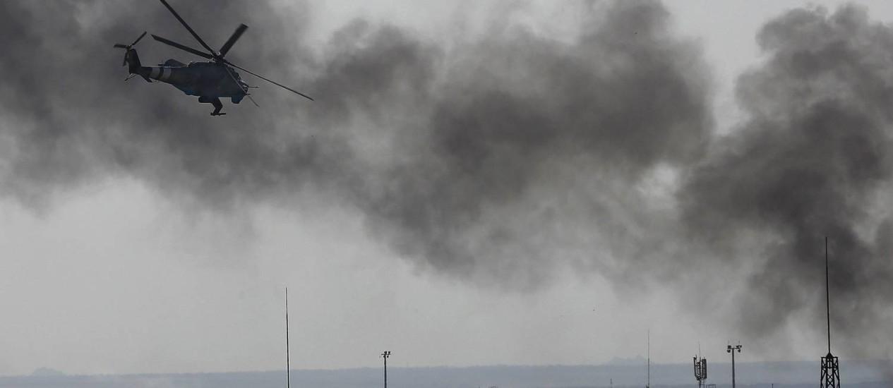 Um helicóptero ucraniano participa do ataque ao aeroporto de Donetsk, no Leste do país Foto: YANNIS BEHRAKIS / REUTERS