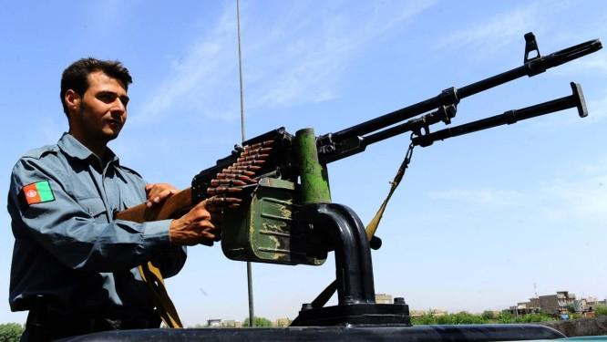 Um policial afegão vigia o local de um ataque a um veículo do consulado dos EUA em Herat Foto: Aref Karimi / AFP