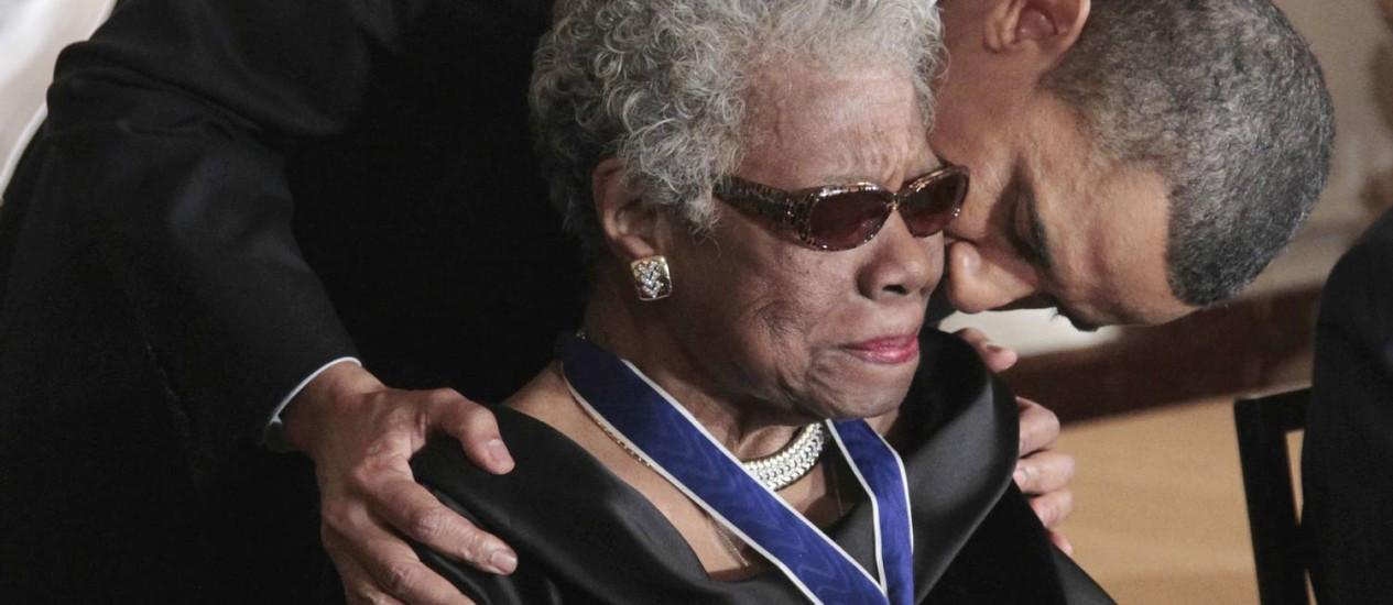Barack Obama beija a escritora e poeta Maya Angelou após entregar a ela a medalha da Liberdade, em 2010 Foto: Pablo Martinez Monsivais / AP