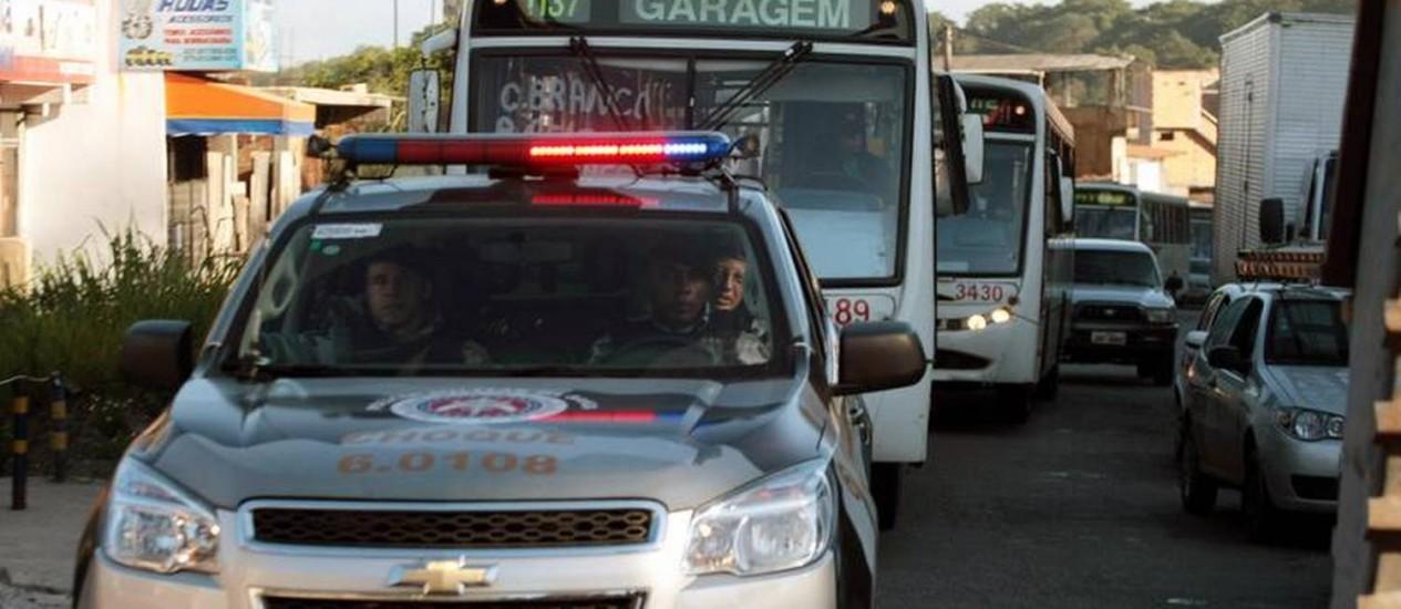 Polícia Militar garante a saída de coletivos de garagens. Poucos ônibus circularam em Salvador Foto: EDSON RUIZ / COOFIAV