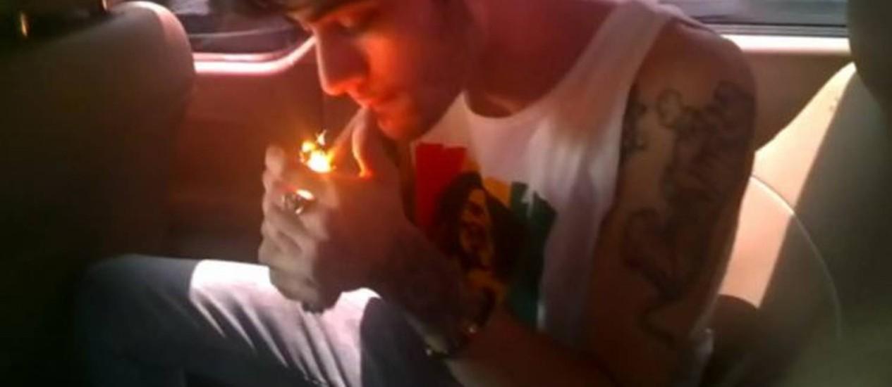 Zayn Malik, do One Direction, acende cigarro suspeito Foto: Reprodução