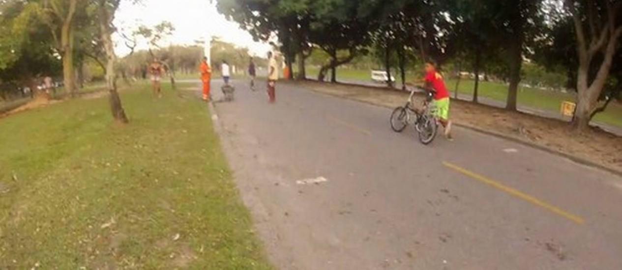 Menor rouba bicicleta no Aterro Foto: Reprodução / Imagens de Pedro Málaga