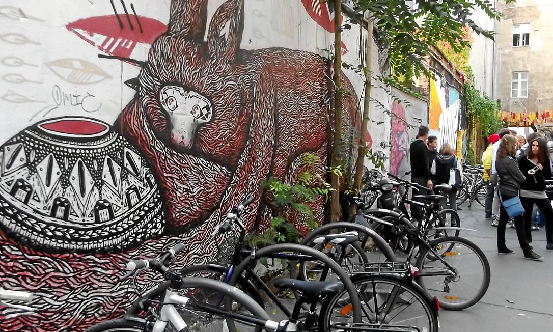 Bicicletários e grafites se espalham pelas ruelas Foto: Especial para O Globo / Vitor Diniz