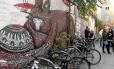 Bicicletários e grafites se espalham pelas ruelas