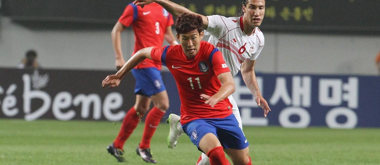 O atacante Son Heungmin carrega a bola, no amistoso com a Tunísia. Sul-coreanos jogaram mal e foram derrotados dentro de casa Foto: Ahn Young-joon / AP