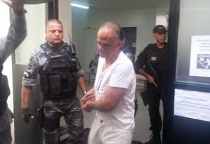 Marcos Valério, algemado, saindo do IML, em Minas Gerais, e seguindo para a penitenciária Foto: Ezequiel Fagundes/O Globo