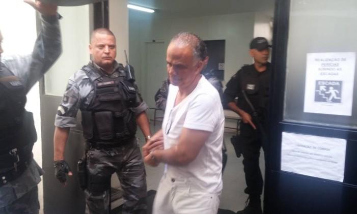 Marcos Valério, algemado, saindo do IML, em Minas Gerais, e seguindo para a penitenciária Foto: Ezequiel Fagundes