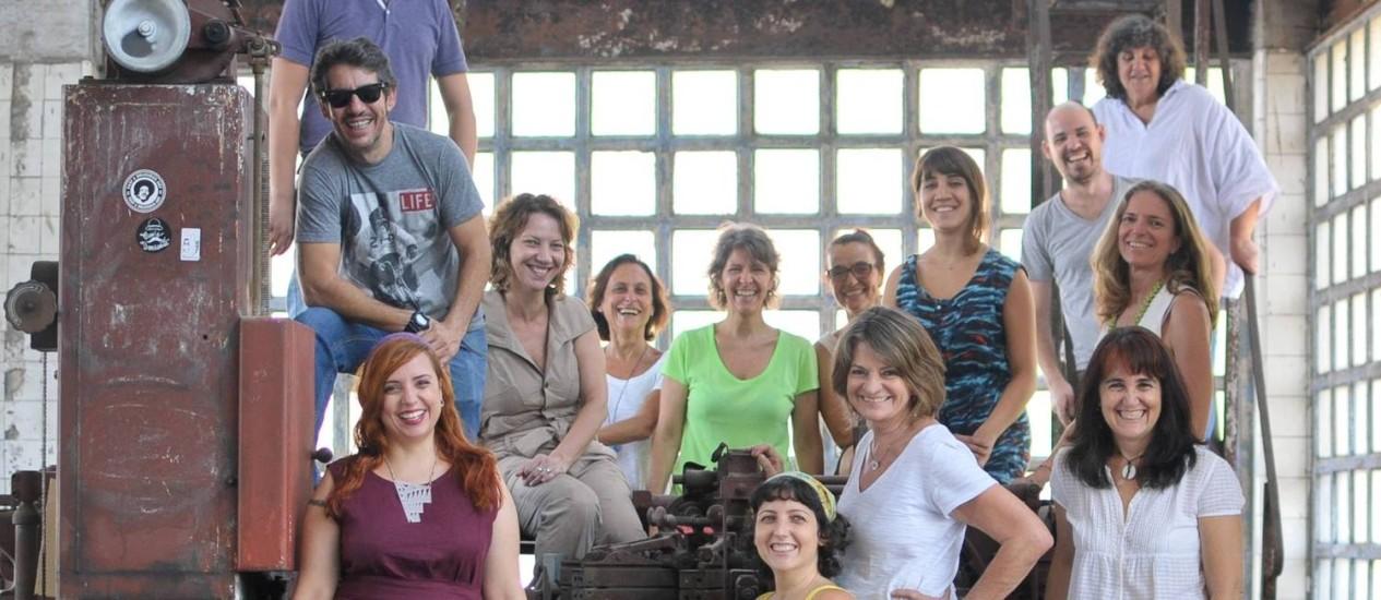 Artistas da fábrica Bhering que oferecem oficinas para moradores da região portuária do Rio através do projeto 'Em torno da fábrica' Foto: Divulgação