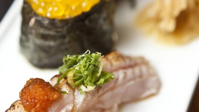Requinte. Sushi engawa (barbatana de linguado), servido com bolinho de arroz envolto em alga e coberto com ovas de truta Foto: Bárbara Lopes / Agência O Globo