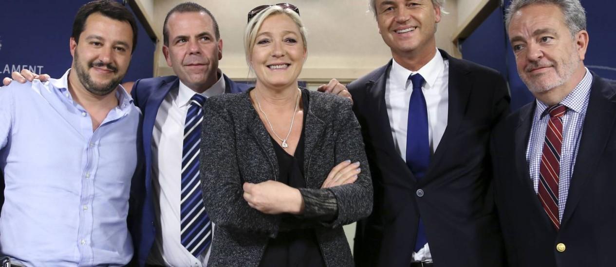 Matteo Salvini (da Liga Norte), Harald Vilimsky (do partido da Liberdade), Marine Le Pen (da Frente Nacional), Geert Wilders (do PVV) e Gerolf Annemans (do Interesse Flamenco) Foto: FRANCOIS LENOIR / REUTERS