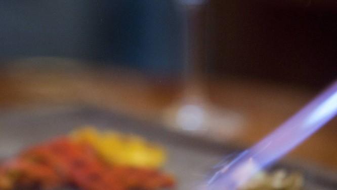 A carne recebe o toque final com maçarico: cardápio também tem opções de frango e peixe Foto: Guilherme Leporace