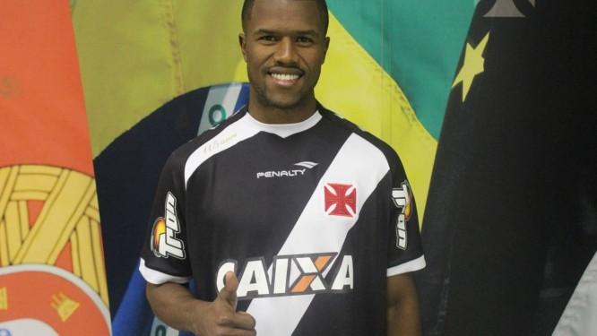 O lateral Carlos César, novo reforço do Vasco Foto: Divulgação/Vasco da Gama