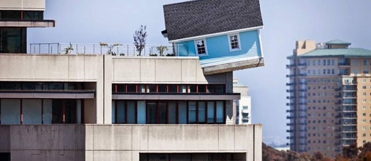 Casa é colocada no alto de prédio como se estivesse caindo Foto: Reprodução da internet