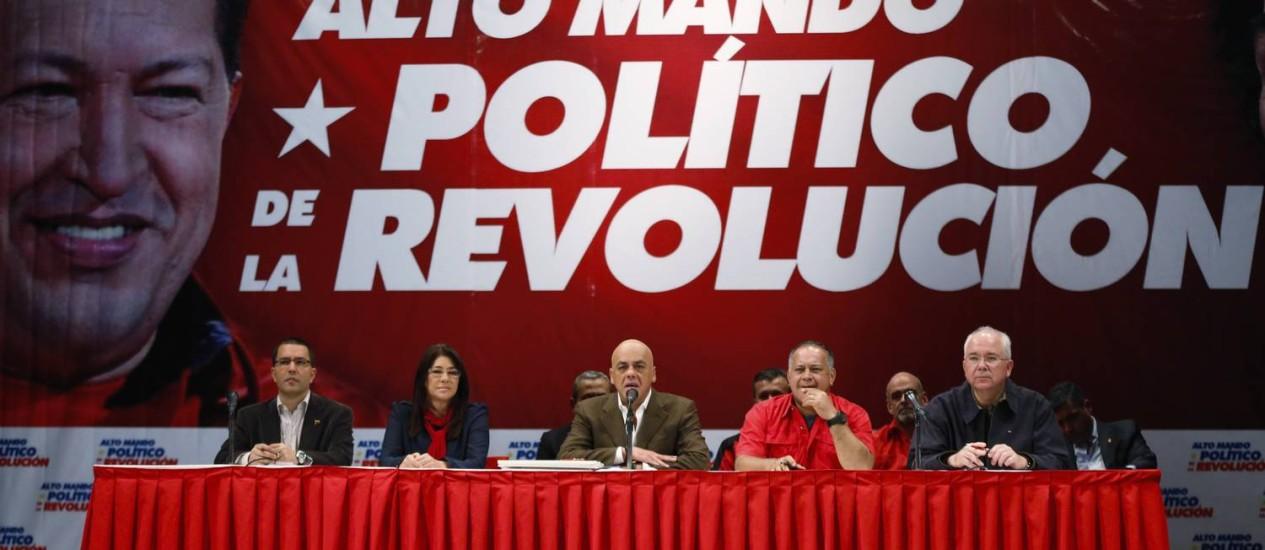 Denúncias. Jorge Rodríguez (centro) e membros do governo apresentaram e-mails atribuídos à ex-deputada Maria Corina Machado, e a acusaram de participar de um plano que incluiria o assassinato do presidente venezuelano, Nicolás Maduro, e um golpe de Estado no país Foto: Carlos Garcia Rawlins / REUTERS